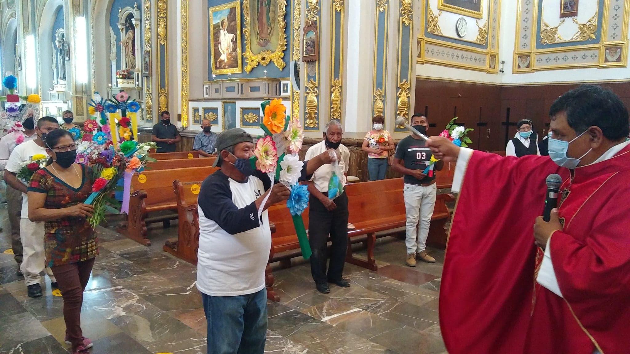 Con poco trabajo y mucha fe albañiles celebran el Día de la Santa Cruz en Tehuacán