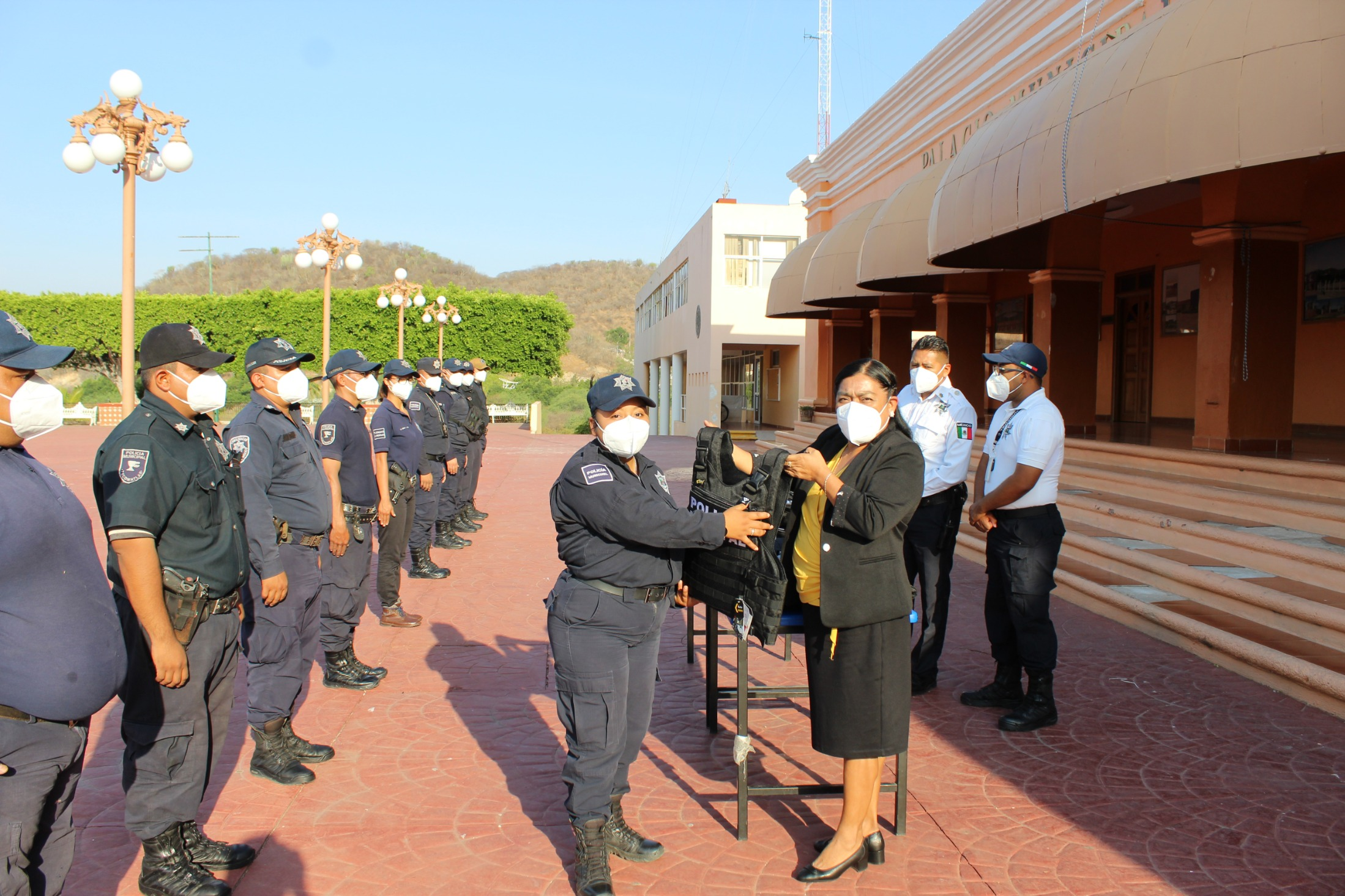 Alcadesa de Tecomatlán entrega uniformes a Seguridad Pública