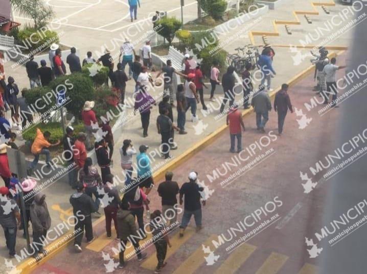 Pobladores incendian alcaldía de Coronango por evitar linchamiento