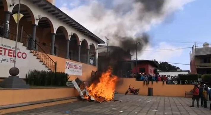 Inician incendio en la alcaldía de Xiutetelco