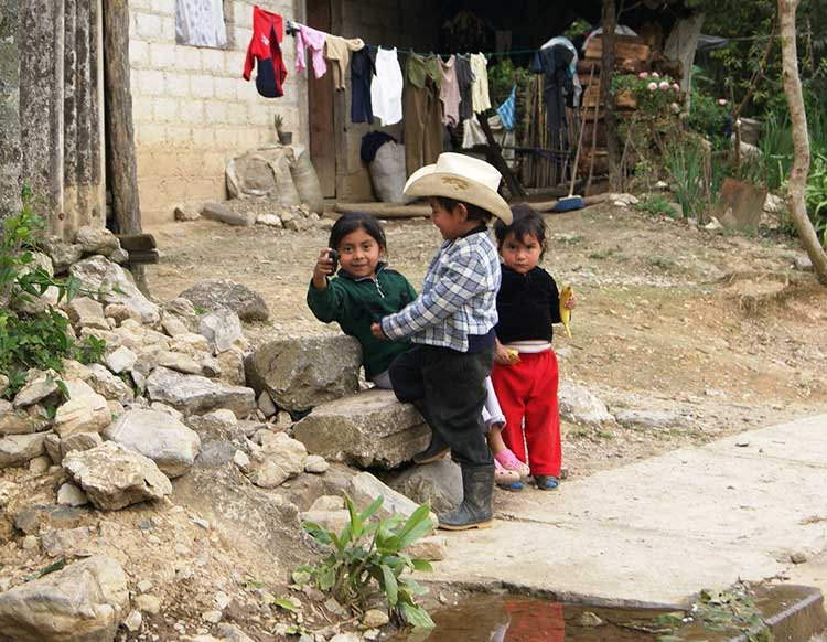 Alfabetizan a niños en lengua indígena en comunidades de Huauchinango