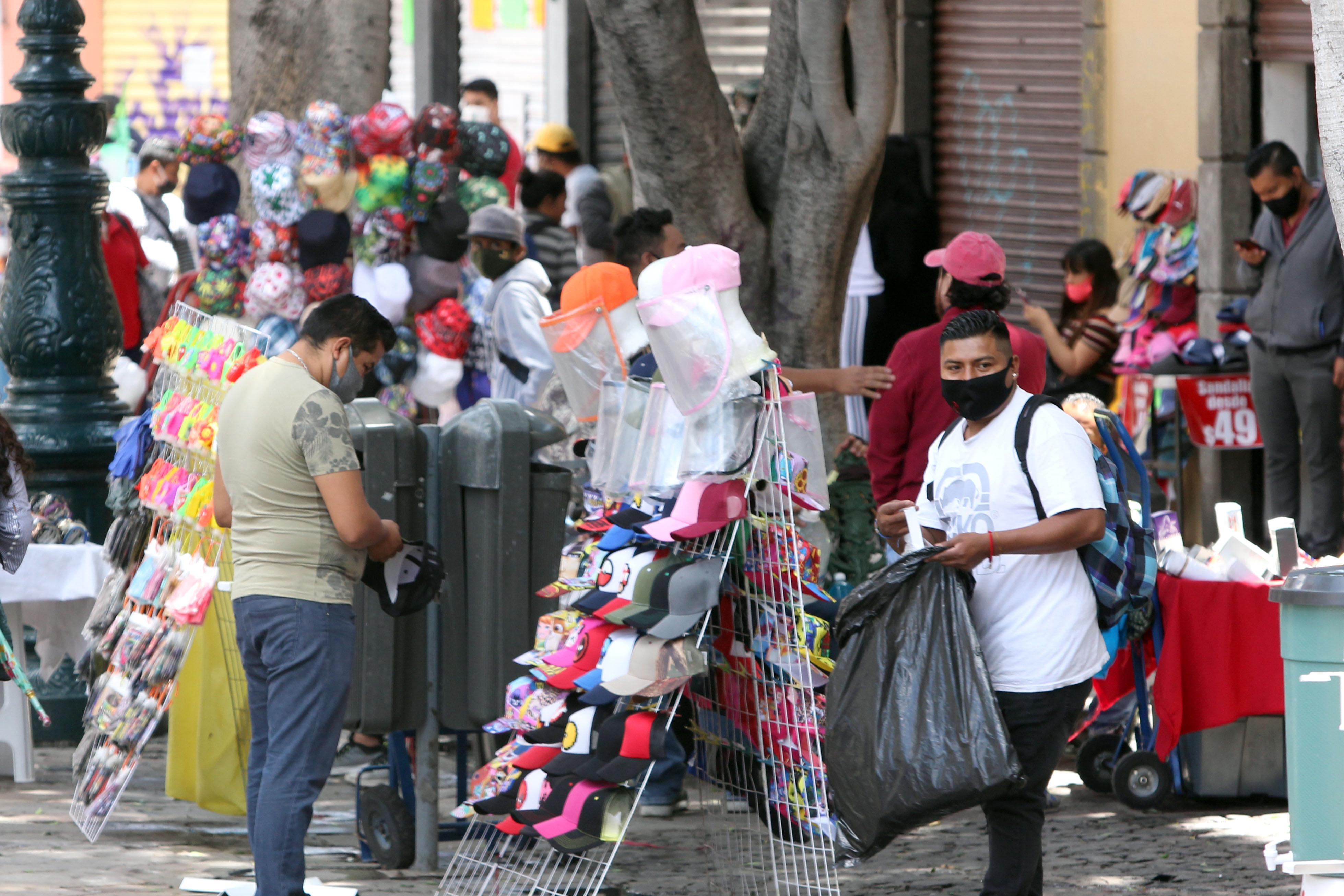 Denuncian a ambulantes que lanzaron ladrillos a policías de la capital