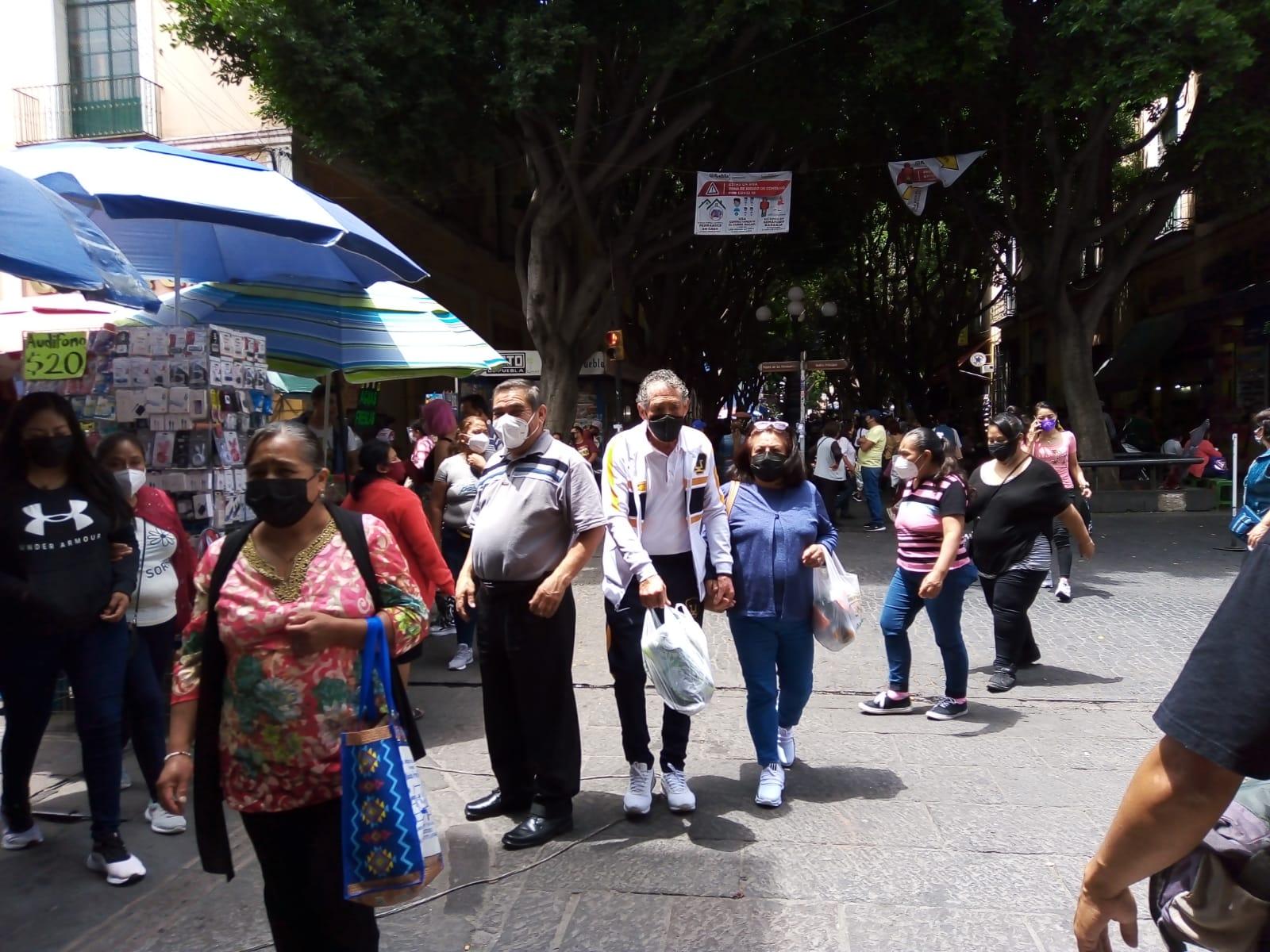 Ambulantes y turistas se desbordan en el Centro Histórico de Puebla