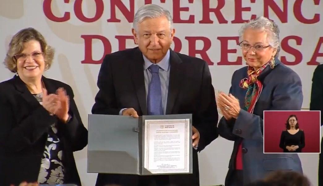 Firma AMLO acuerdo por la igualdad entre hombres y mujeres