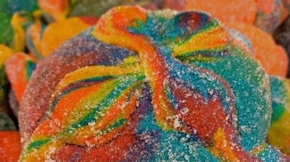 Crean el pan de muerto con los colores del arcoiris
