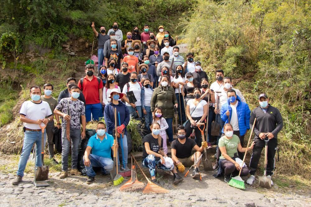 Ariadna Ayala y equipo de transición limpian cerro de San Miguel