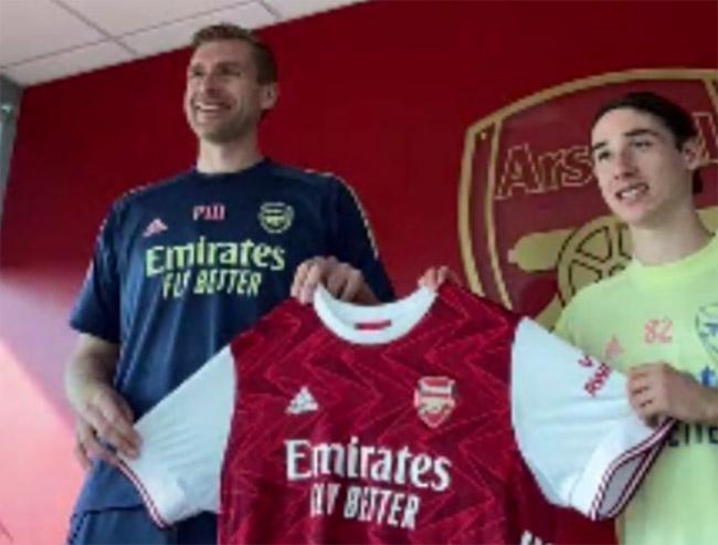 Joven mexicano de 17 años firma contrato con equipo de futbol Arsenal