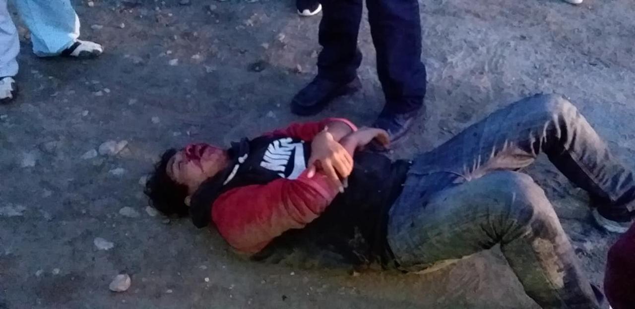 Padres lo golpean por asaltar estudiantes en Amozoc