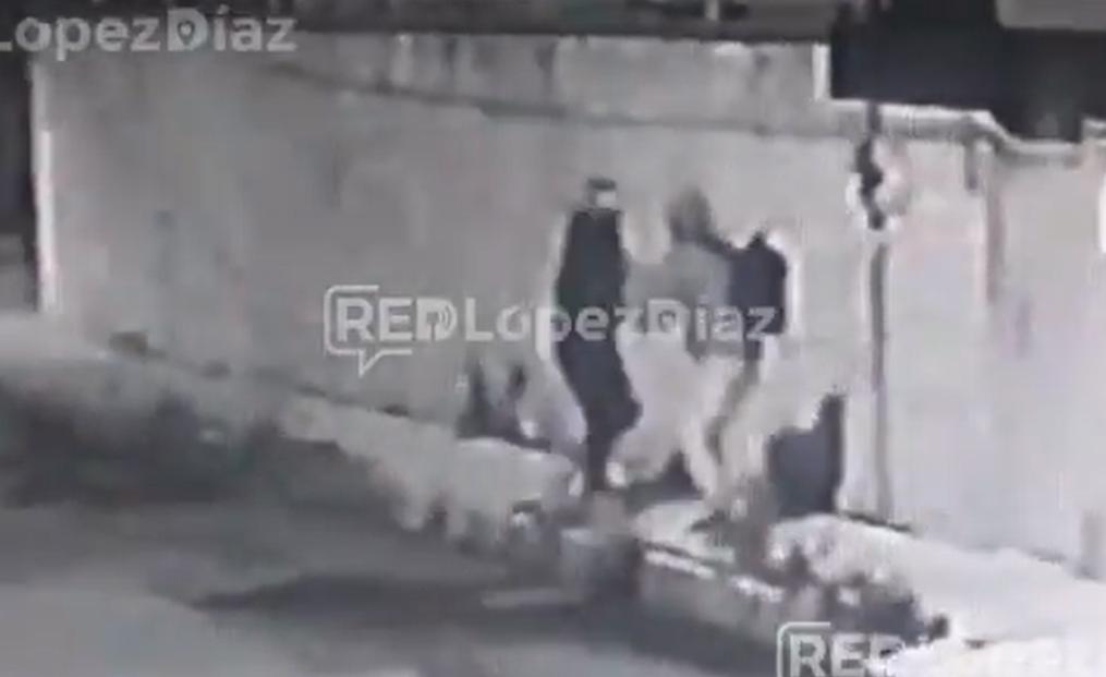 VIDEO Con hábiles movimientos joven se defiende de asaltante en Puebla