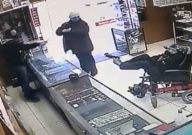 VIDEO Hampón sin manos intenta robar relojería