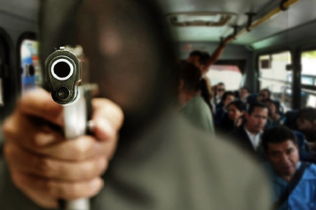 Pasajeros detienen a ladrón de transporte anoche y nadie atiende su denuncia en el C5