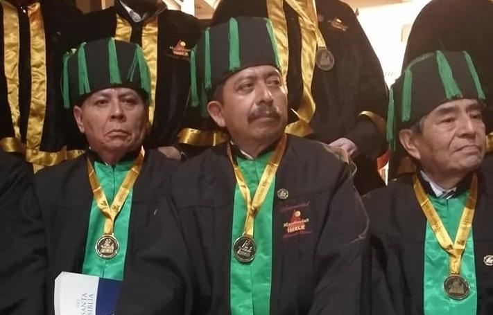 Recibe alcalde de Atexcal Doctor Honoris Causa