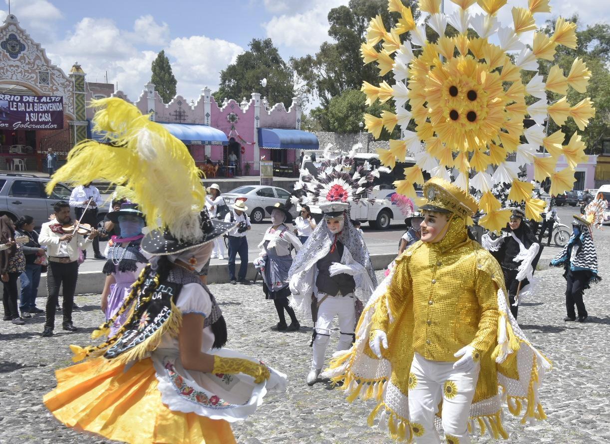 Barbosa recibe en Casa Aguayo a danzantes del Huey Atlixcáyotl