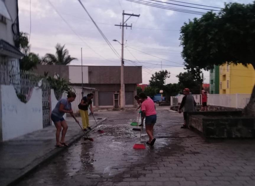 Se aplican vecinos de Infonavit y lavan edificios en Atlixco