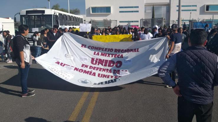 Marchan universitarios de Atlixco por asesinato de estudiantes