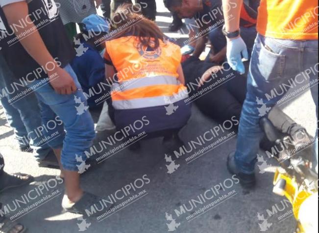 Patrulla de la policía municipal embiste a madre e hija en moto en Puebla