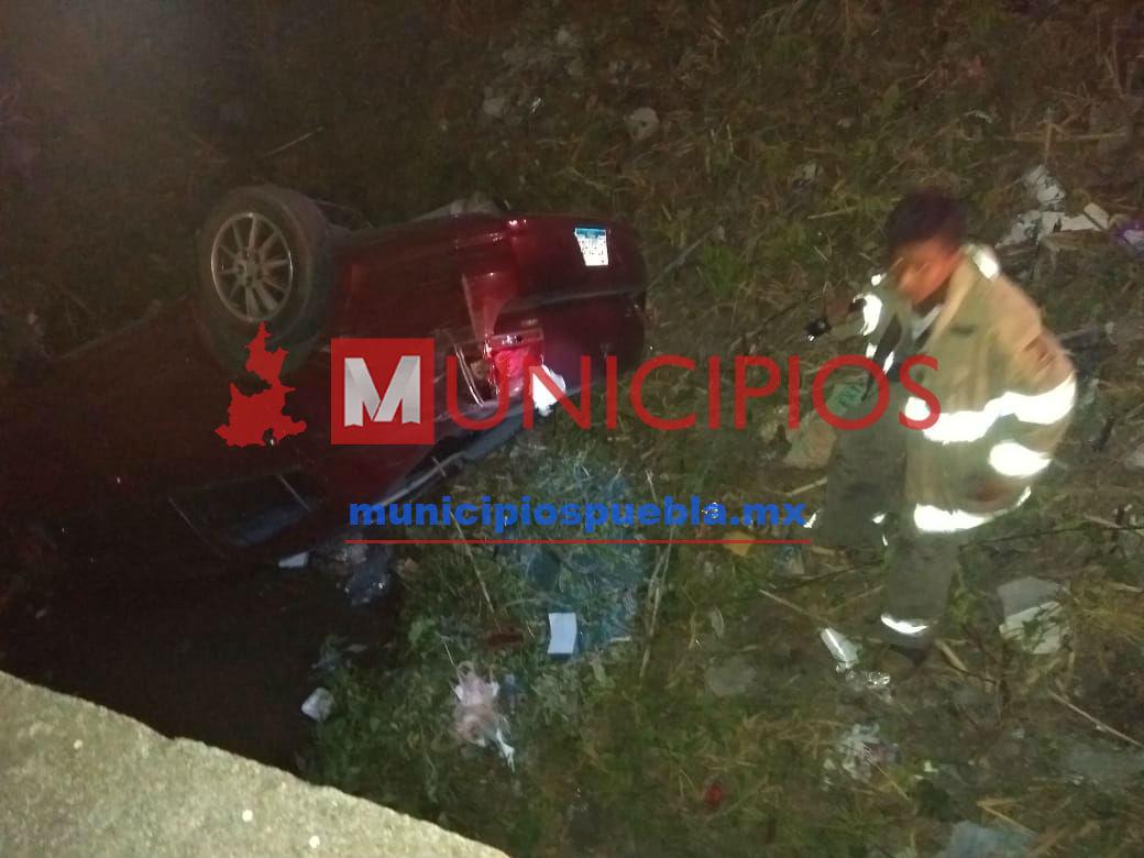 Vehículo cae a un barranco en Tecamachalco