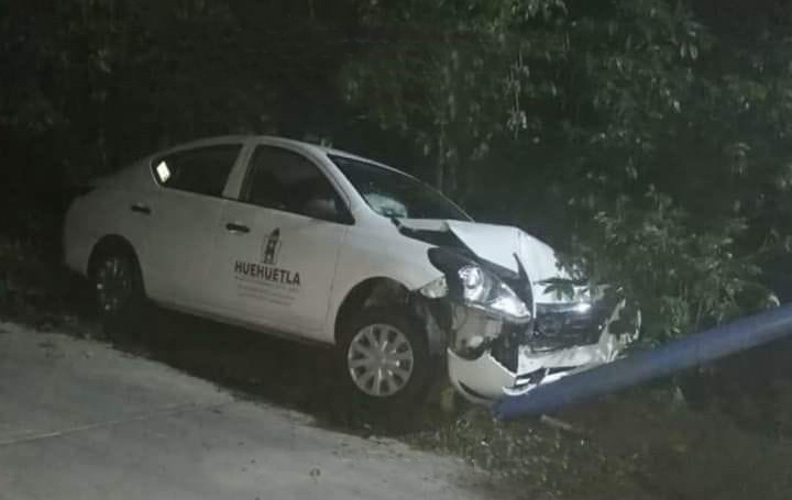 En auto oficial trabajadores de Huehuetla atropellan a menor y chocan