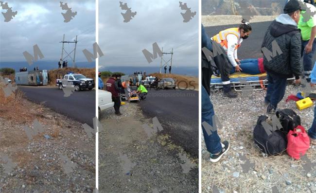 Autobús se queda sin frenos y se vuelca en la Tehuacán-Coxcatlán