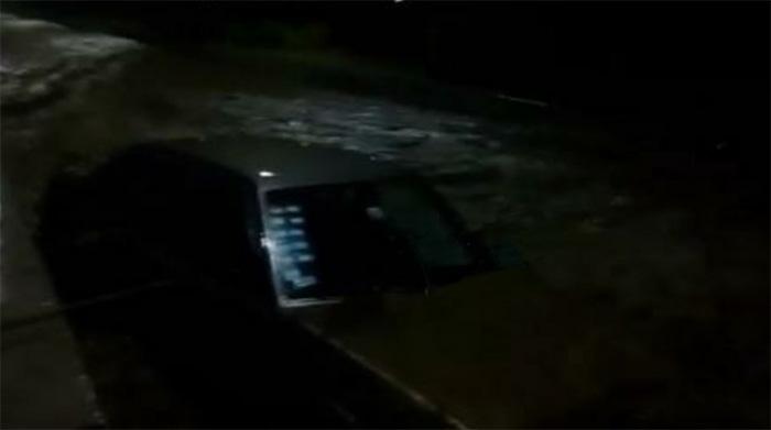 Río se lleva dos autos en Teziutlán y Serdán