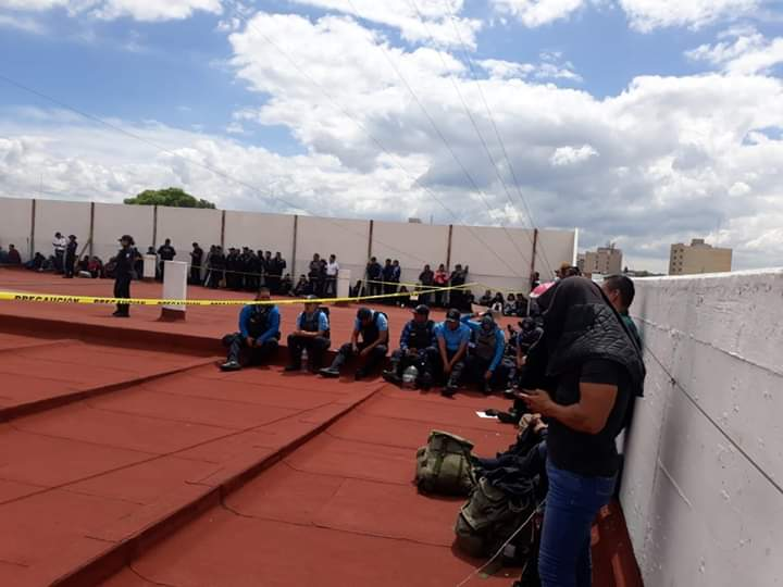 Policías estatales llevan horas parados en espera de su pago