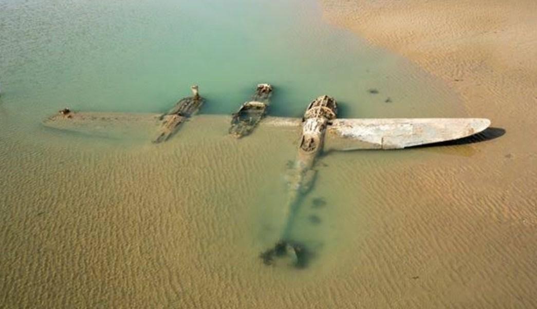 Sale del mar avión de la Segunda Guerra Mundial