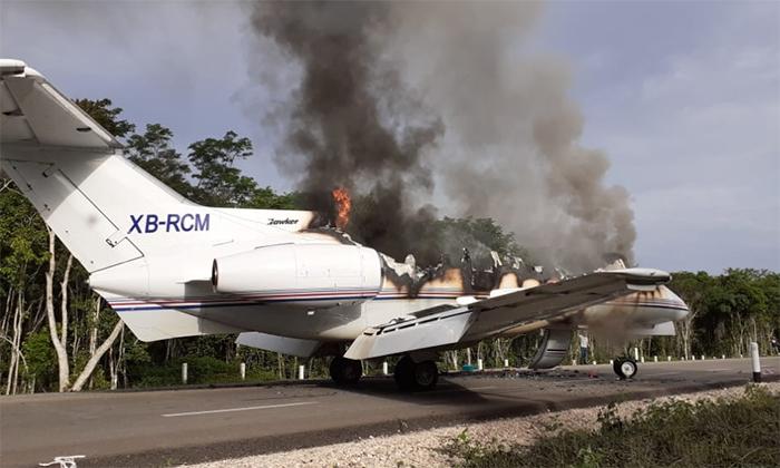 VIDEO Narcojet aterriza y luego lo incineran en la carretera de Quintana Roo