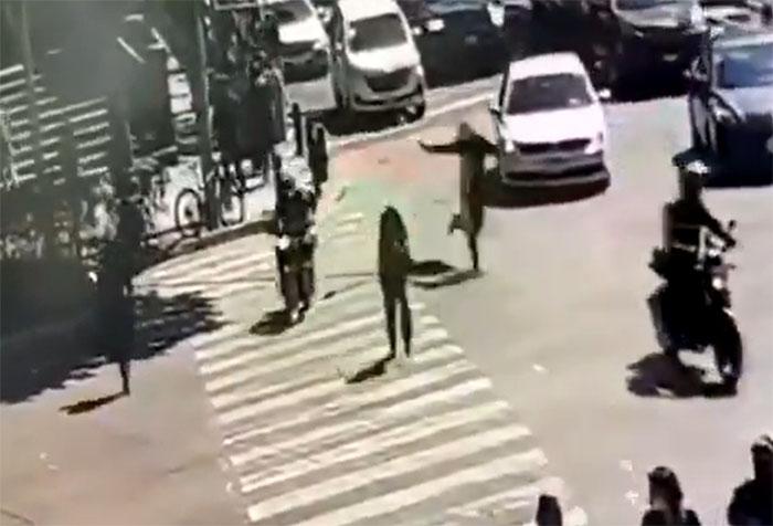 VIDEO Tras asaltar en centro comercial dispara a la gente en avenida