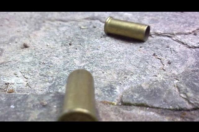 Niño se dispara con el arma de su padre policía en Puebla