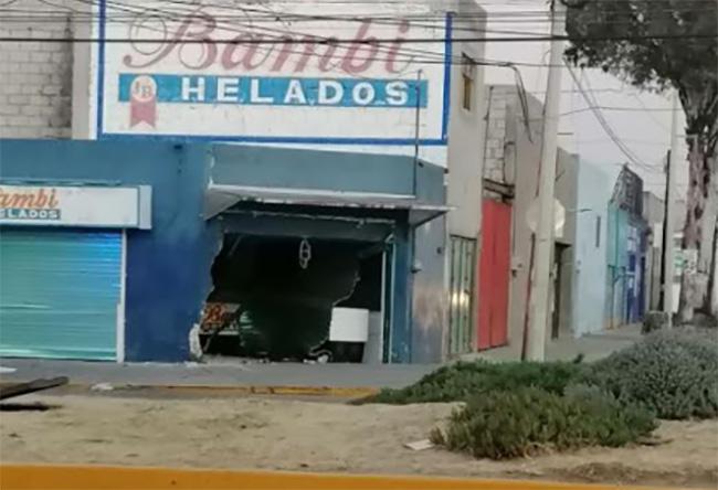 Conductor choca contra negocio, derriba paredes y aun así se da a la fuga en Puebla