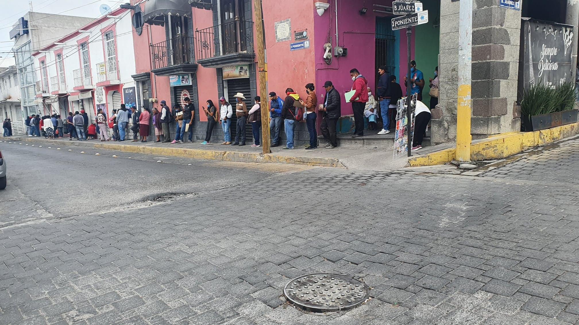Filas en bancos de Tecamachalco son foco rojo por Covid-19