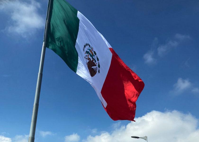 VIDEO Lo que faltaba, ponen de cabeza la bandera de México