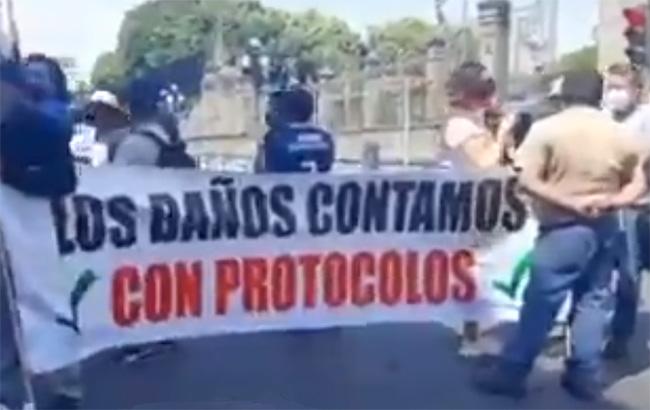 Vuelven dueños de baños públicos a marchar en Puebla