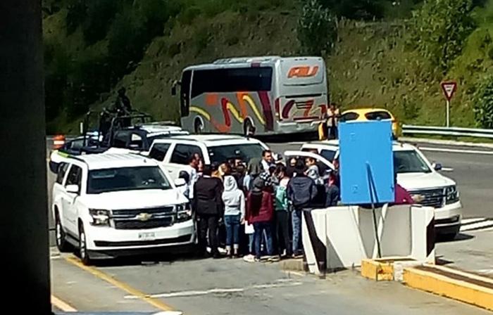 Normalistas paran convoy de Barbosa en caseta de Atempan