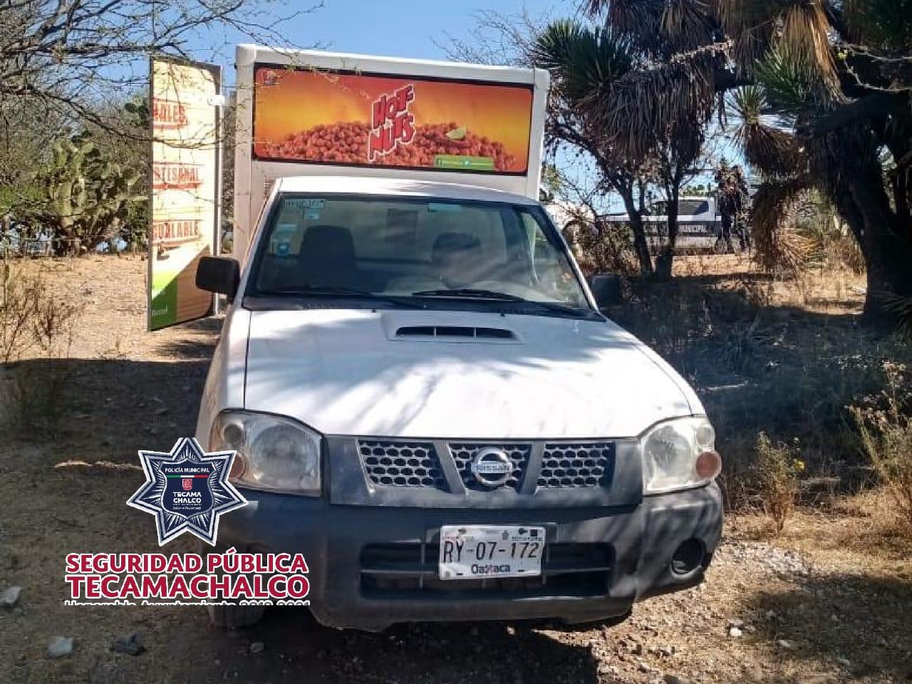 Policías recuperan camioneta de botanas en Tecamachalco