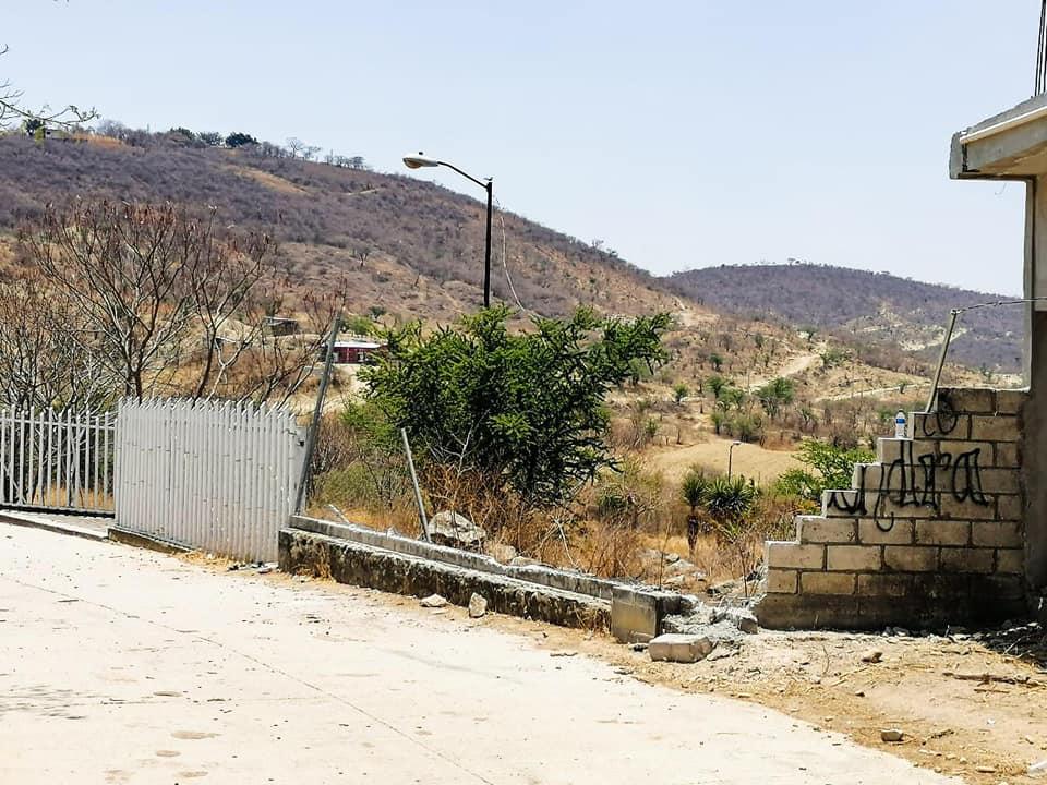 Con una ambulancia trabajadores ebrios tiran barda de escuela en Tepexco