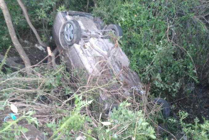 Termina auto en barranca del Infonavit de Atlixco; hay dos heridos