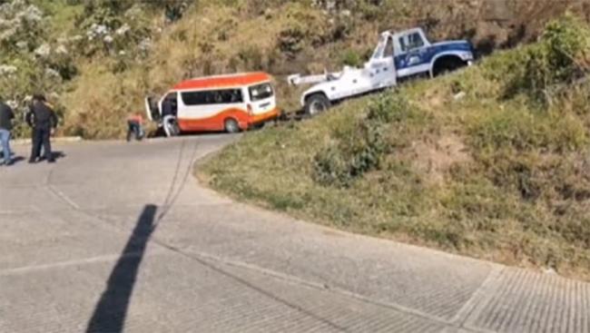 Camioneta vuelca y casi se va a un barranco en Chignautla