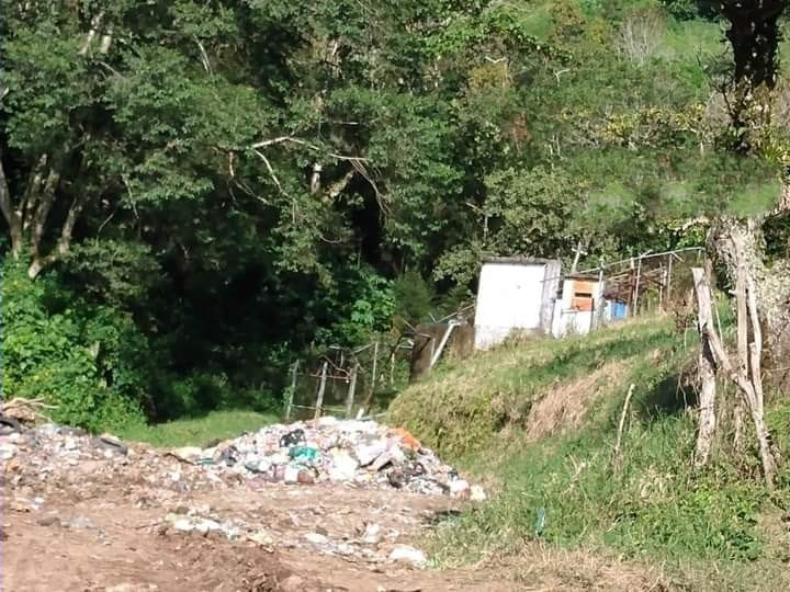 Denuncian que edil de Juan Galindo usa camino a la presa Necaxa como tiradero de basura