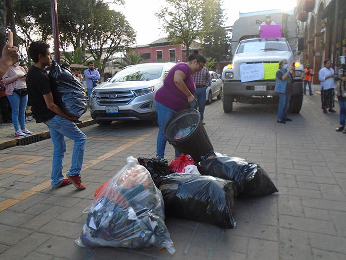 Protestan en Huauchinango por montoneras de basura en la calles