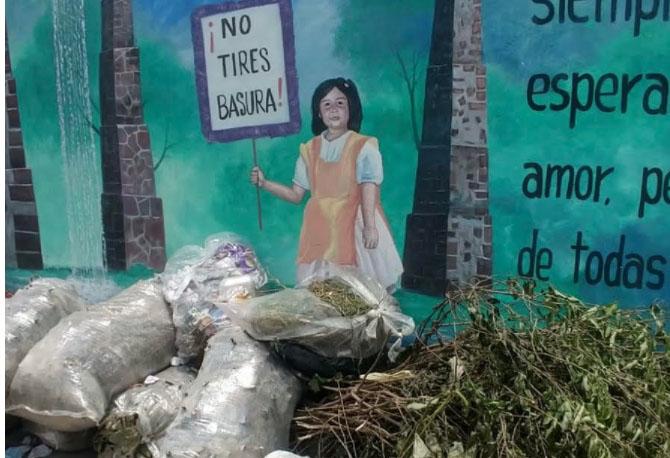 Vecinos de Atlixco se quejan de montoneras de basura en las calles