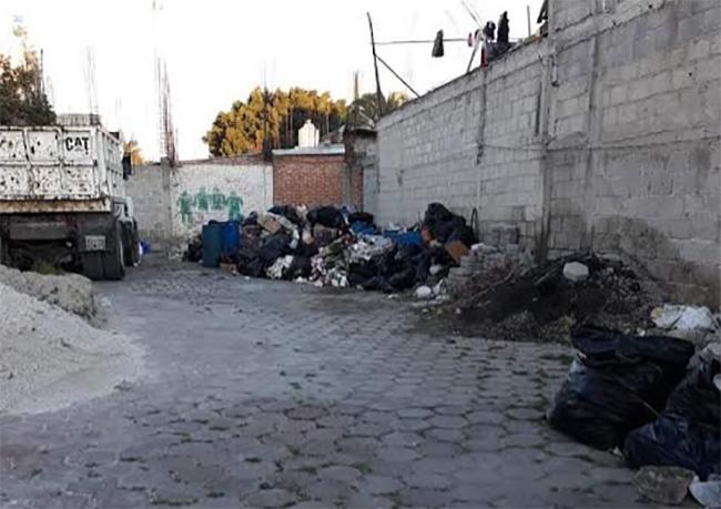 Edil de Huixcolotla resalta recolección de basura pero vecinos denuncian tiradero en escuela