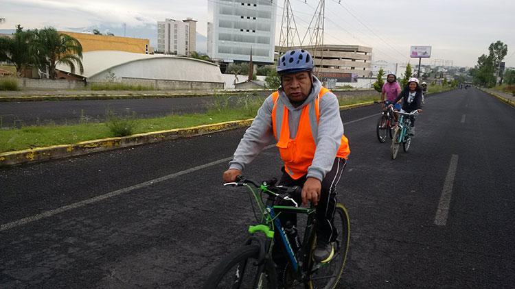 Cientos de personas toman a pie y en bicicleta la Recta a Cholula