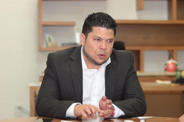 Biestro pide a padres de familia denunciar abusos de escuelas al solicitar cuotas