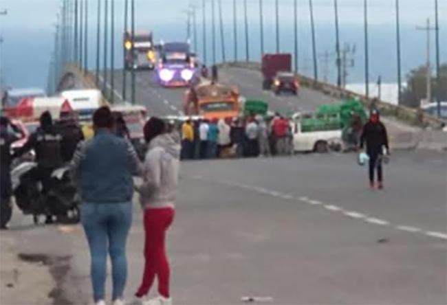 Nuevamente bloquean la federal a Tehuacán en Huixcolotla