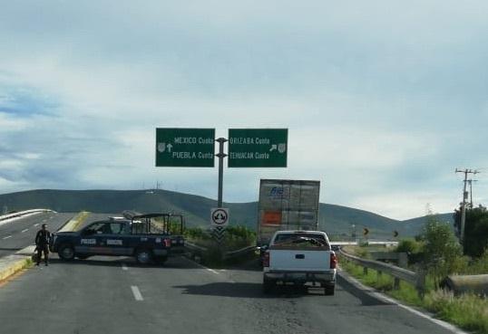 Cierran la Puebla-Orizaba para incendiar y sellar fuga de huachigas