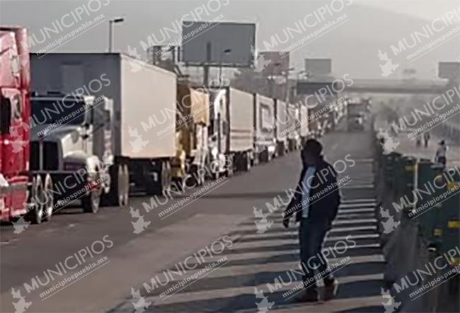 Transportistas poblanos se manifiestan en la caseta de San Marcos