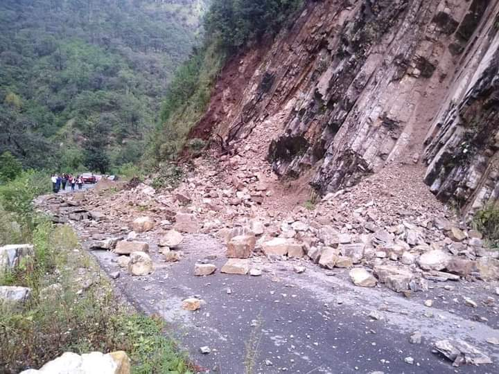 Por deslaves está bloqueada carretera a San Miguel Tenango en Zacatlán