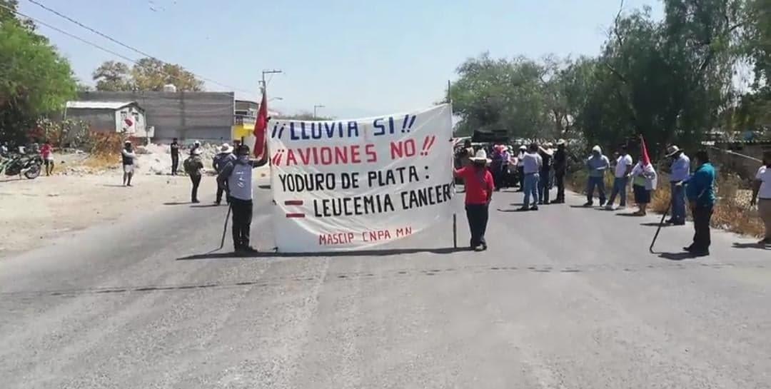 Campesinos bloquean carretera Tehuacán-Teotitlán