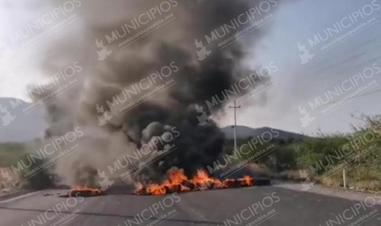 Bloquean carretera Tehuacán-Teotitlán ante falta de obra en Coxcatlán
